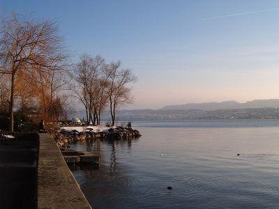 800px-Lake_Zurich_Tiefenbrunnen.jpg